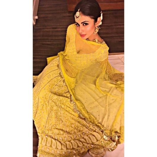 Mouni roy hot clevage show in yellow saree