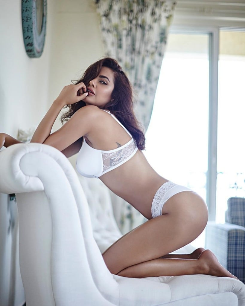 Esha Gupta Instagram Lusty Hot & Sexy Viral Semi-Nude HQ Photos