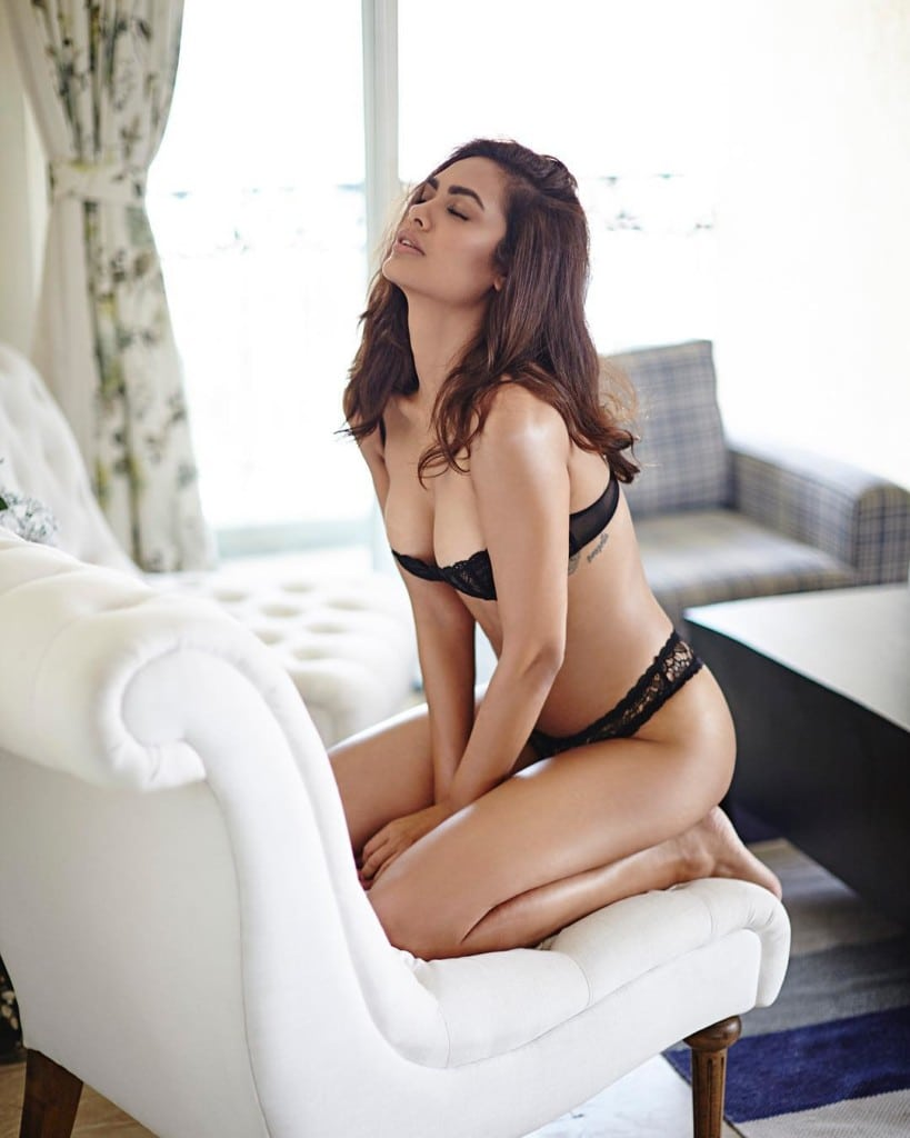 Esha Gupta Instagram Lusty Hot & Sexy Viral Semi-Nude HQ Photos (2)