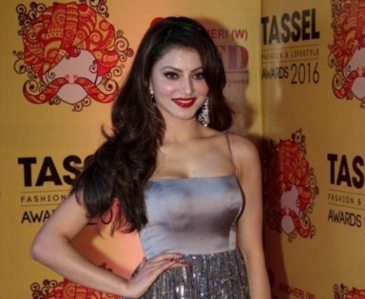 Urvashi-Rautela-cleavage-at-Tassel-Awards-2016-2