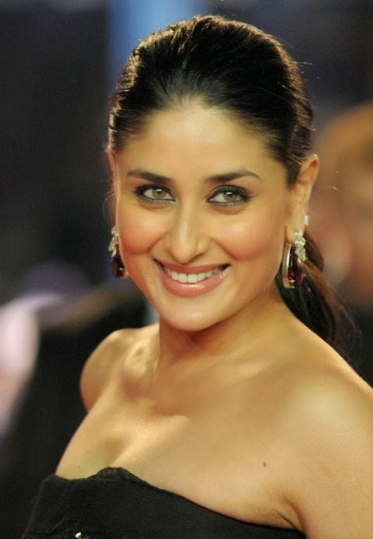 Kareena-Kapoor-Super-Sexy-Cleavage-Show-In-Black-Dress-At-Film-Ra-One-Premier-In-London