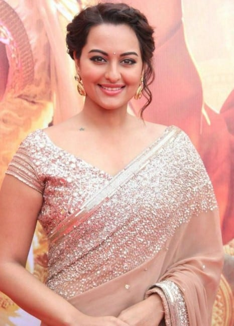 Sonakshi Sinha hot saree lokk