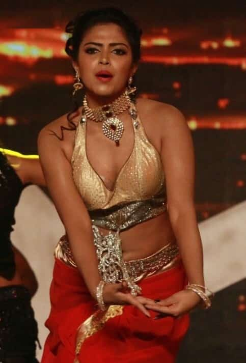 amala paul boobs show in saree-min