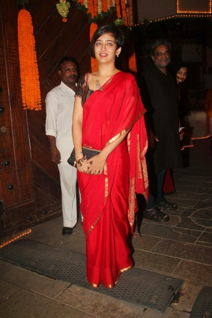 Akshara Haasan hot in red saree