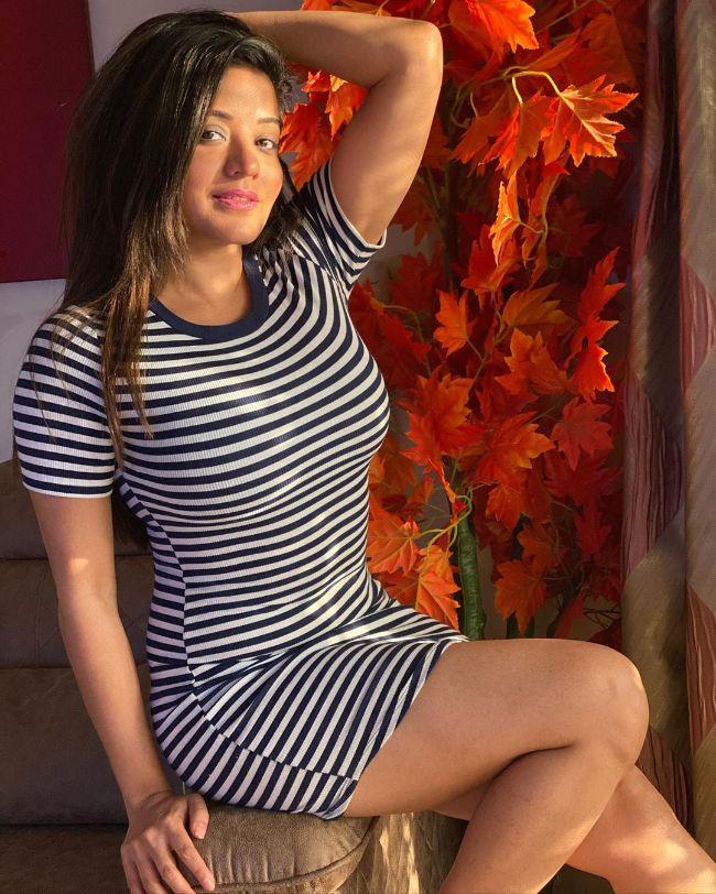 Bhojpuri Actress Monalisa (Antara Biswas) hot photos sext Instagram bikini pics