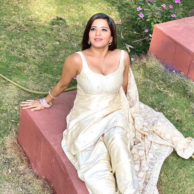 Bhojpuri Actress Monalisa (Antara Biswas) hot photos sexy Instagram bikini pics