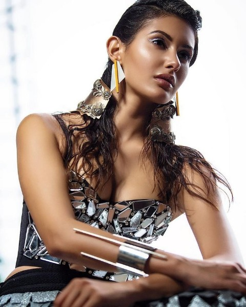 Kaalakaandi movie actress amyra Dastur Hot-Photo
