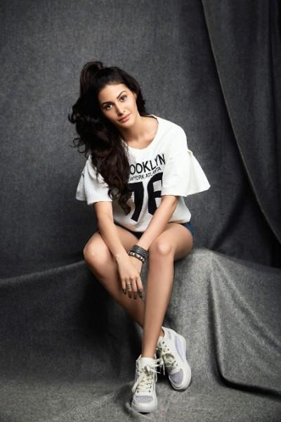 bollywood actress Amyra Dastur image