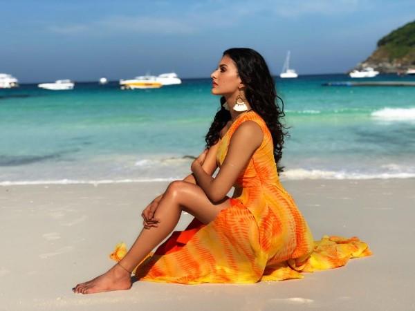 yellow dress look of sexy actress amyra dastur