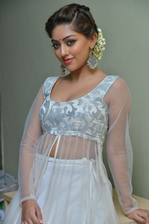 anu emmanuel sexy boobs show pic