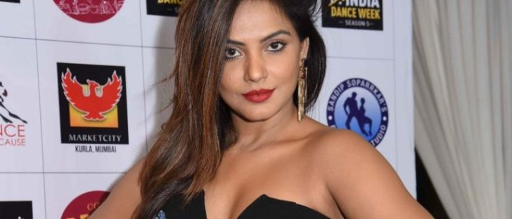 Neetu Chandra Hot Spicy Navel Cleavage Boobs Images
