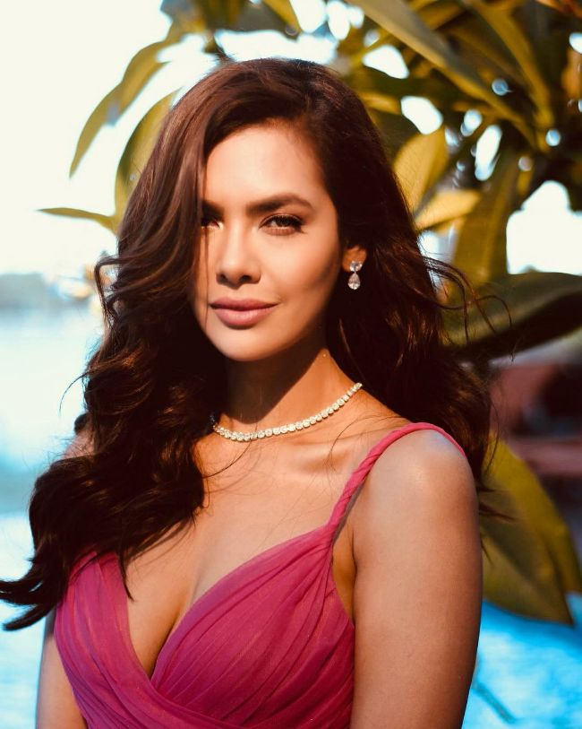 Esha Gupta hot photos sexy boobs show instagram bikini pics
