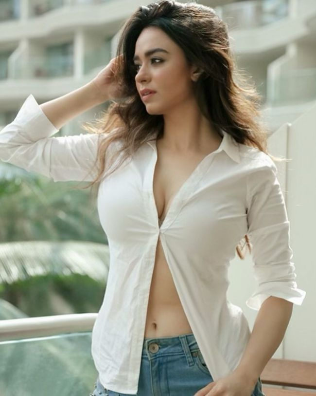 Soundarya Sharma hot photos sexy Instagram bikini pics